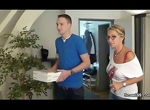 MILF fickt mit dem Pizza Jungen und ihr Mann guckt zu