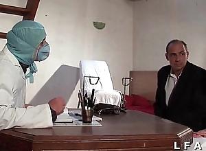 Dispirit vieille mariee se fait defoncee le cul chez le gyneco en triplet avec le mari