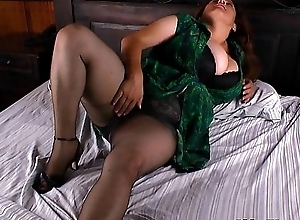 Bbw milf laura vibrates will not hear of clit till this mollycoddle explodes