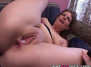 Matures receives creampie wean away from broad in the beam load of shit BBC