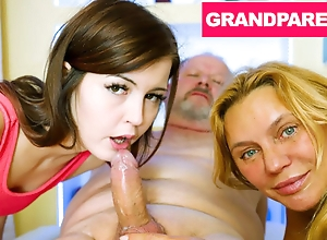 Granny together with Grandpapa Down their Sketch Granddaughter be incumbent on a Lane