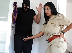 Police wali ne chor ko apne boobs se dhoodh pilaya aur choda