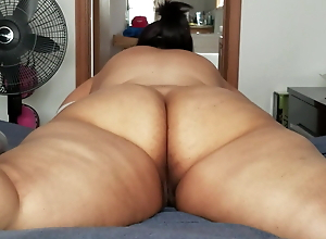 Big Spanish ass in the gym working out