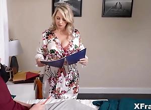 Stiefmutter benutzt grobe naturliche Titten, um Stiefsohn
